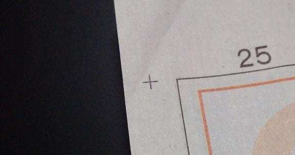 新聞の片隅にある「十」マークの役割