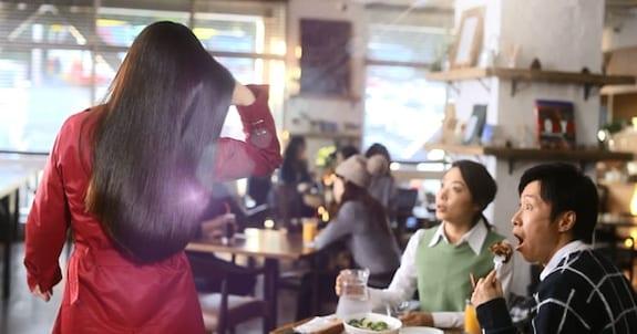美しい艶髪に「ぶっとびー!」 振り向きたくなる彼女の正体は?