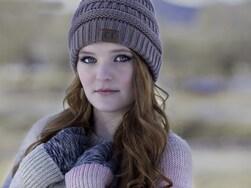 脱カジュアル! 大人女子の「ちょい辛」ニット帽のかぶり方、選び方
