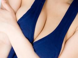 美バストで視線を奪う!胸の谷間をさり気なく強調する方法