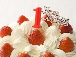 「一升餅」を背負わせたりケーキを囲んだりして、1歳の誕生を祝う